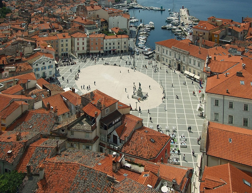 Wikimedia - © Plamen Agov • studiolemontree.com CC 3.0 - Tartini_Square_from_above,_Piran,_May_2009.jpg