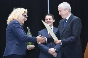 Vilma Fece, Gorenje's director of environmental protection and occupational safety and health, receives the award