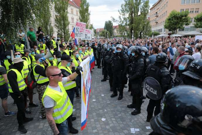 Anti-anti-fascist yellow vests face the police in Prešeren Square