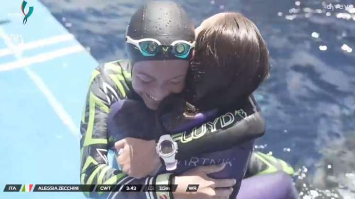 Alessia Zecchini and Alenka Artnik hug after their successful dives
